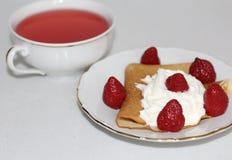 Postre dulce: crepe con crema y fresas imagen de archivo