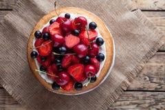 Postre dulce gastrónomo de la fresa del verano tradicional hecho en casa crudo fresco de la torta fotos de archivo