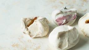 Postre dulce - merengue con diverso relleno en un fondo de la textura fotos de archivo libres de regalías