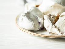 Postre dulce - merengue con diverso relleno en una placa fotos de archivo libres de regalías