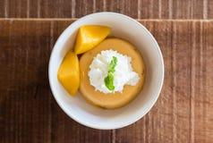 Postre dulce, pudín del mango imagen de archivo