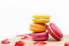Postre dulce y macarrones o macaron franceses coloridos en woode Fotos de archivo libres de regalías