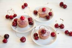 Postre fácil y sabroso: molletes de la cereza fotografía de archivo libre de regalías