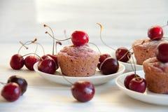 Postre fácil y sabroso: molletes de la cereza foto de archivo libre de regalías