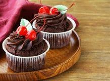 Postre festivo de las magdalenas del chocolate para la tarjeta del día de San Valentín del St Imágenes de archivo libres de regalías