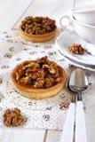 Postre francés tradicional: Tarta del caramelo de la nuez Foto de archivo
