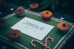 Postre hecho en casa del día de fiesta de la empanada de la Navidad en marco de las decoraciones del árbol del Año Nuevo en vinta Fotos de archivo