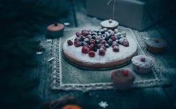Postre hecho en casa del día de fiesta de la empanada de la Navidad en marco de las decoraciones del árbol del Año Nuevo en el vi Fotos de archivo