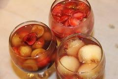 Postre ligero fresco delicioso del verano - bayas, fresa, melocotón y cereza de la madreselva de la jalea de fruta Foto de archivo