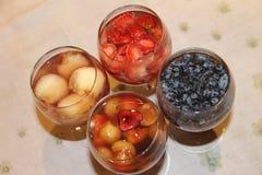 Postre ligero fresco delicioso del verano - bayas, fresa, melocotón y cereza de la madreselva de la jalea de fruta Fotografía de archivo libre de regalías