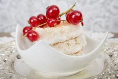 Postre lujoso con las cerezas Foto de archivo libre de regalías