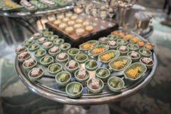 Postre o comida para comer con los dedos en partido de comida fría Imágenes de archivo libres de regalías