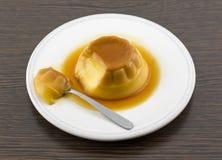Postre o cospel de las natillas de la vainilla del caramelo de nata en el plato blanco Fotografía de archivo libre de regalías