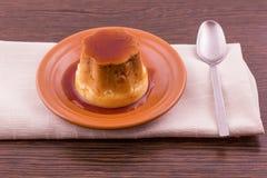 Postre o cospel de las natillas de la vainilla del caramelo de nata en plato Fotos de archivo libres de regalías