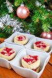 Postre para la Navidad. Mini pasteles de queso de la frambuesa en forma del mollete Imagen de archivo