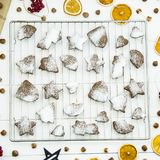 Postre picante del invierno de la Navidad - galletas del jengibre asperjadas con el azúcar en polvo Fotos de archivo