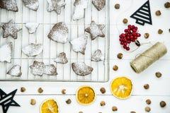 Postre picante del invierno de la Navidad - galletas del jengibre asperjadas con el azúcar en polvo Imagen de archivo libre de regalías