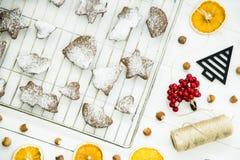 Postre picante del invierno de la Navidad - galletas del jengibre asperjadas con el azúcar en polvo Fotografía de archivo libre de regalías