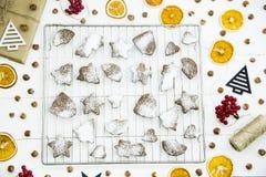 Postre picante del invierno de la Navidad - galletas del jengibre asperjadas con el azúcar en polvo Imagen de archivo