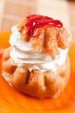 Postre poner crema azotado, DOF bajo Imagen de archivo libre de regalías