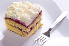 Postre poner crema delicioso de la torta Fotografía de archivo
