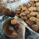 Postre profundo de Fried Rice Kao Tan Thai Arroz soplado con el azúcar o el postre hecho del arroz pegajoso cocido al vapor Foto de archivo