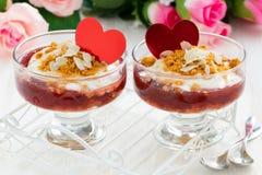Postre repartido con el atasco y la crema de la baya para el día del ` s de la tarjeta del día de San Valentín foto de archivo libre de regalías