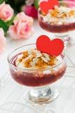 Postre repartido con el atasco y la crema de la baya para el día del ` s de la tarjeta del día de San Valentín fotos de archivo libres de regalías