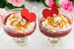 Postre repartido con el atasco y la crema de la baya para el día de tarjeta del día de San Valentín imagen de archivo