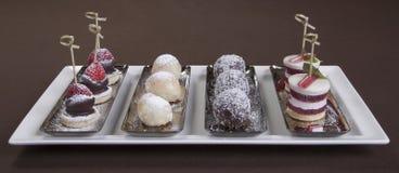 Postre romántico Placa de postre en la tabla del restaurante lista Helado, fruta y galletas de chocolate Restaurante romántico Imagen de archivo libre de regalías