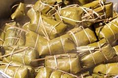 Postre tailandés, plátano con el arroz pegajoso cubierto en el khao tom de la hoja del plátano enojado Imagen de archivo libre de regalías
