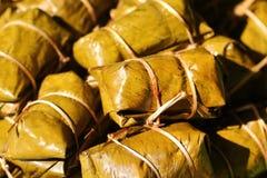 Postre tailandés, plátano con el arroz pegajoso cubierto en el khao tom de la hoja del plátano enojado Imágenes de archivo libres de regalías