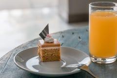 Postre tailandés, torta tailandesa del té con el zumo de naranja fotografía de archivo