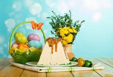 Postre tradicional del pastel de queso de Pascua, huevos de Pascua en la cesta, la Florida imagenes de archivo