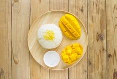 Postre tropical del estilo tailandés, pegajoso con los mangos Foto de archivo