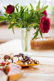 Postre y flores de la boda imagen de archivo libre de regalías