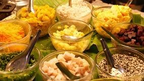 Postres deliciosos dulces asi?ticos ex?ticos de Oriental, platos tradicionales coloridos inusuales en los contadores de un bazar  almacen de metraje de vídeo