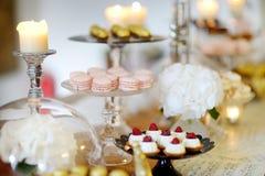 Postres, dulces y tabla hermosos del caramelo Imágenes de archivo libres de regalías
