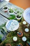 Postres y dulces de los pasteles de bodas en la barra de caramelo Imagen de archivo libre de regalías