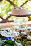 Postres y dulces de los pasteles de bodas en la barra de caramelo Foto de archivo