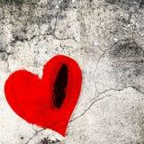 Postrzępiony czerwony serce na krakingowej ścianie Walentynki grafika Obraz Stock