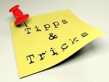 Posts amarillos con la escritura Tipps y los trucos - representación 3D Fotografía de archivo
