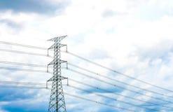 Posts de alto voltaje con el cielo azul, punto del foco selectivo Fotos de archivo libres de regalías