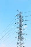 posts de alto voltaje de la electricidad con los cables y el cielo azul Imagen de archivo