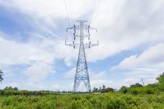 Posts de alto voltaje en campo verde Fotografía de archivo libre de regalías