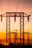 Posts de alto voltaje en el tiempo crepuscular Fotos de archivo