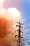 Posts de alto voltaje en el tiempo crepuscular Foto de archivo