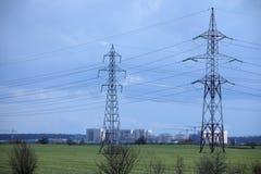 Posts de alto voltaje postes eléctricos del poder Imágenes de archivo libres de regalías