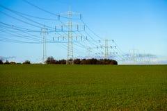 Posts de alto voltaje postes eléctricos del poder Fotos de archivo