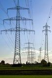 Posts de alto voltaje postes eléctricos del poder Fotos de archivo libres de regalías